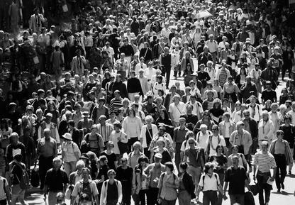 Das Bild einer großen Crowd von Menschen in schwarz-weiß.